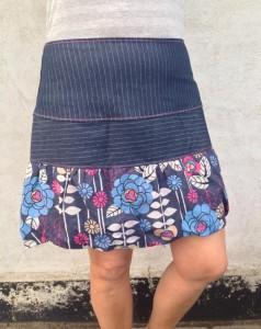 Blå nederdel med blomster