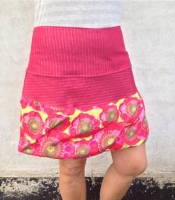 Rød nederdel med blomster